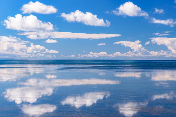 北海道稚内(わっかない)にある日本最北端の地「宗谷岬(そうやみさき)」。稚内から宗谷岬へ向かう途中に遠浅のオホーツク海が広がり、海面に大空を映し出します。その景色は、まるでウユニ塩湖の「鏡の世界」のよう。