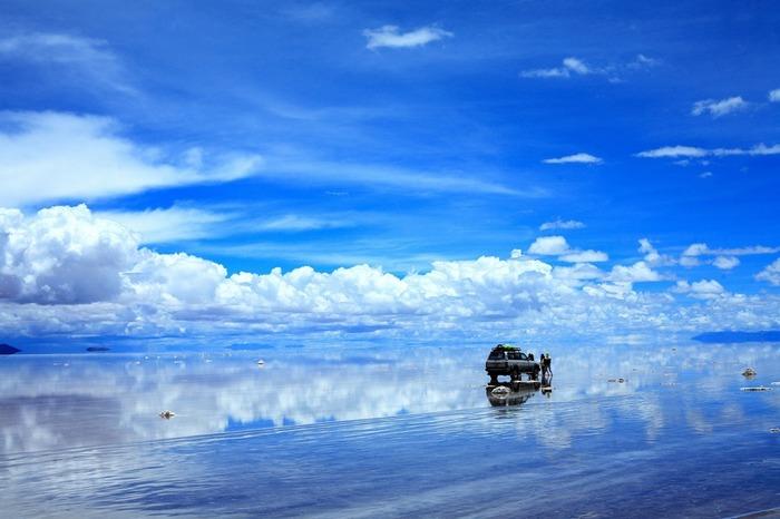 南米ボリビアの標高約3,700メートルに位置する「ウユニ塩湖」。海底からアンデス山脈が隆起し、大量の海水が山上に残されたことから広大な塩の平原ができたのだとか。12月から3月の雨季には雨水が湖面に溜まり、この世のものとは思えない「天空の鏡」が広がります。