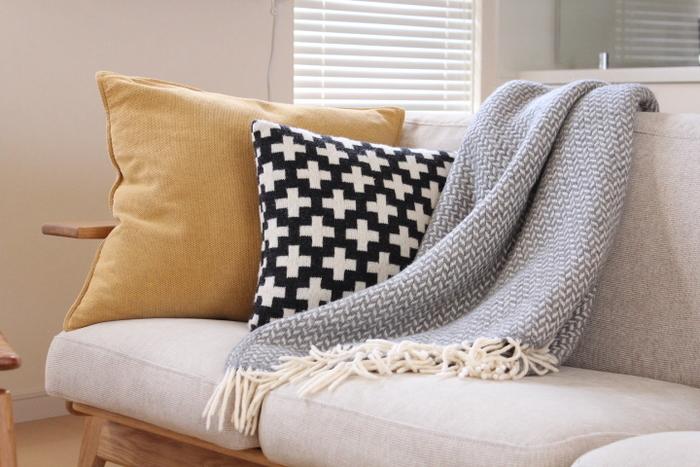使わないブランケットは畳んでおくことが多いですが、ソファにさらっとかけておくだけでもいい感じに。クッションとのバランスも良いですね。