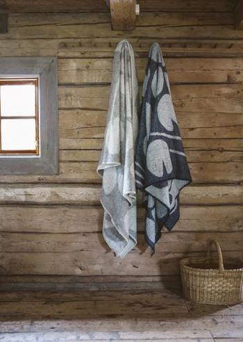 お気に入りの柄のブランケットなら、壁のフックにかけておくだけでも素敵なインテリアになります。