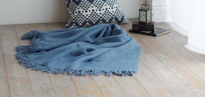冬の床は冷たいので、ブランケットが欠かせませんね。クッションとの組み合わせを楽しんで。