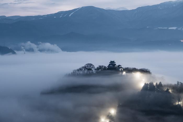 福井県の大野盆地にある標高約250メートルの亀山にそびえる「越前大野城(えちぜんおおのじょう)」。安土桃山時代に5年もの歳月をかけて築城されました。天守閣は昭和43年(1968年)に再建され、歴代城主の遺品が数多く展示されています。城下町が雲海につつまれ越前大野城だけが浮かびあがった景色は、いにしえの世界に迷い込んだよう。