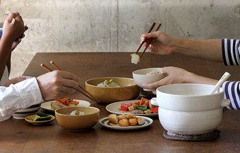 「ごはんの鍋」は圧迫感のないコンパクトなデザイン。コロンと丸いフォルムもかわいらしく、食卓にそのまま出しても違和感なく収まりますよ。