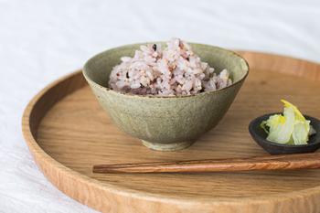 笠間で普段使いの器を中心に作陶する小林耶摩人さんによる飯椀。土の表情豊かな風合いが、とても温かく優しい魅力を放っています。ごはんも何だかとても居心地が良さそうで...。大切にいただきたくなりますね。