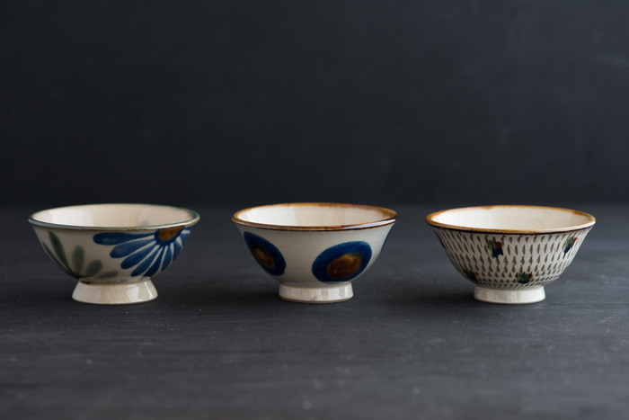 沖縄県那覇市で300年続く壺屋焼の窯元、「育陶園」が作るやちむんは、沖縄らしい華やかな絵柄が魅力。そばにおくだけで、ふっと心が和みます。日々使ううちに自然と愛着が生まれ、ごはんを食べることがより楽しみになりそうです。