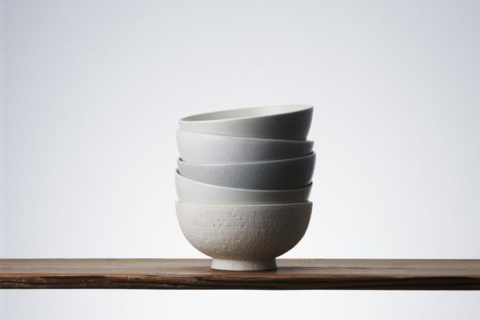 世の中に本当に価値ある「定番」を提案する「THE」の飯茶椀は、昔からよく作られていた茶碗の原型を元に、人の手にすっとなじむバランスを追及して作られています。実際持ってみると、不思議なほど手におさまりがよいのに気づくでしょう。この飯茶椀のシリーズは同じ形状で、5つの陶磁器の名産地で作られています。有田、清水、信楽、瀬戸、益子、それぞれ、質感、風合いは異なりますが、どれも趣があり、それでいて控えめ。シンプルだからこそ、ごはんの美しさも映える、究極の飯茶椀です。
