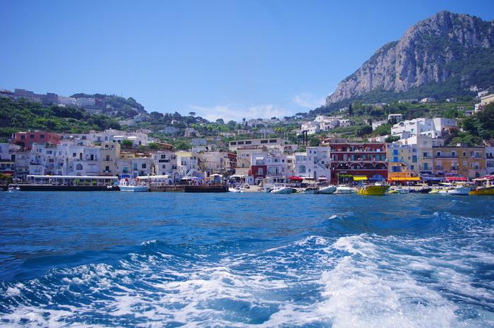 成田空港からは、ヨーロッパで乗り継ぎイタリア南部の街ナポリへ。ナポリからフェリーか高速船でカプリ島の玄関口「マリーナ・グランデ港」へ行き、バスまたはボートで青の洞窟に到着します。所要時間は約17時間ほど。