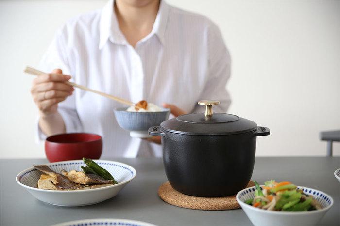 ご存じ、ストウブも無水調理が得意なお鍋。フランスのメーカーということもあって、おしゃれでエスプリを感じさせるデザインも素敵ですよね。そんなストウブからごはん炊き用のお鍋が誕生したことは本当にうれしい限り。デザインの美しさは機能性の高さにも結びついていて、土鍋ごはんに負けず劣らず、しっかりとお米の旨みが感じられるごはんが炊きあがります。