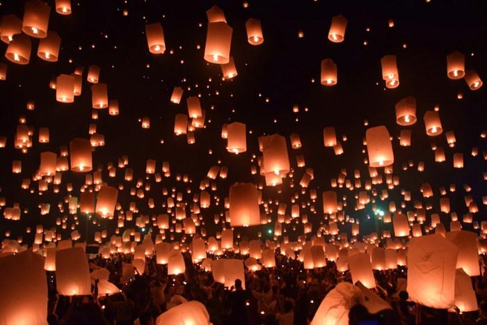 タイ北部のチェンマイで行われるイベント「khom Loi (コムローイ祭り)」。毎年11月に、和紙でできた熱気球(スカイランタン)に火を灯し、一斉に夜空に放って無病息災を祈ります。