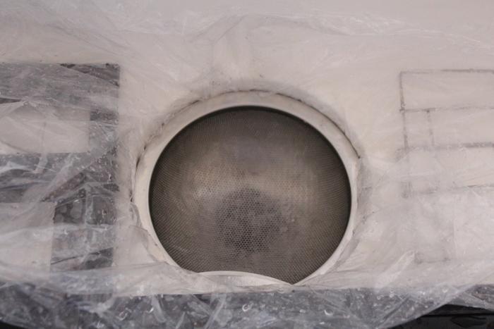 キッチンの掃除で最大の難関、換気扇。そんなおっくうな換気扇掃除を効率よくこなすには、シンクを利用するのがおすすめ。シンクに丈夫なビニール袋を敷き詰め、排水口の網でふたをするようにします。こうすることでお湯をためられ、シンクが油でベトベトになるのもある程度防げます。