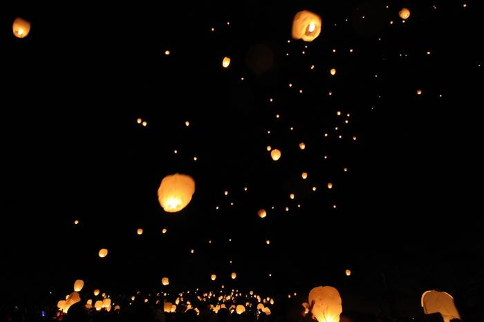 日本有数の豪雪地、新潟県津南町(つなんまち)で行われる「津南雪まつり」。震災復興の願いを込めて2012年から行われているイベントです。夜の雪原に舞うスカイランタンの灯りは幻想的。
