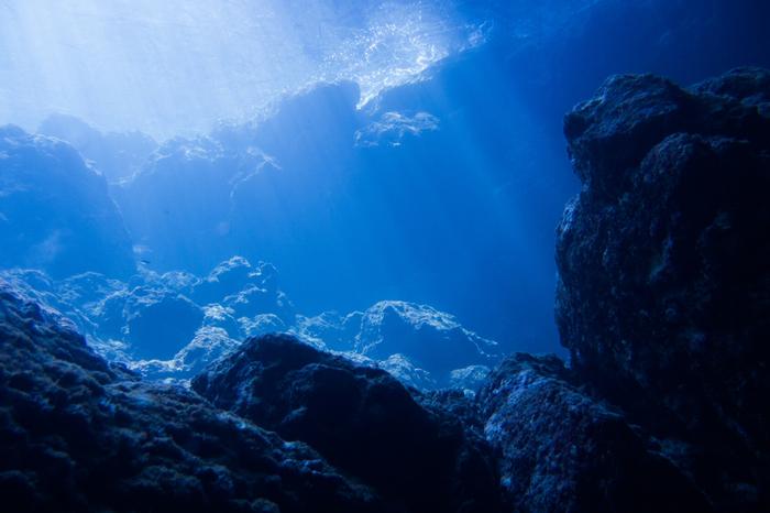 沖縄本島北部の恩納村(おんなそん)にある、ダイビングとシュノーケルのスポット「真栄田岬(まえだみさき)」。洞窟内を照らす青い光が神秘的です。青の洞窟へは、真栄田岬の階段から海へ入る「ビーチエントリー」と、ボートで青の洞窟近くまで行き海から入る「ボートエントリー」の2つ。
