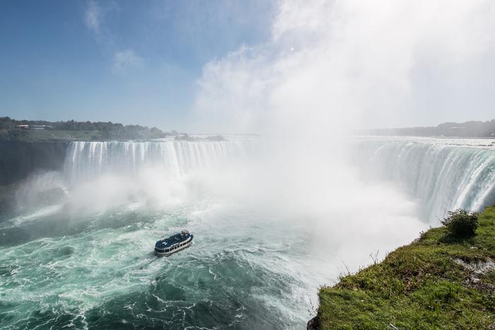 世界三大瀑布(せかいさんだいばくふ)の1つ、アメリカ合衆国とカナダにまたがる「Niagara Falls(ナイアガラの滝)」。カナダ側にあるTable Rock(テーブルロック)は、ナイアガラの滝を最も間近から見ることができる場所です。夜にはライトアップされて幻想的な世界が広がります。