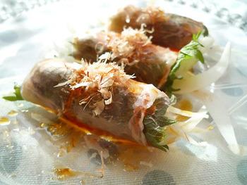 新たまねぎや貝割れ大根などの野菜を生ハムで巻き巻き。 野菜がたくさん食べられる、サラダ感覚の前菜です。 食べやすくてついつい手も伸びます。
