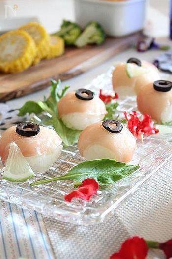 生ハムは薄くてヒラヒラしてるから、手まり寿司にも使いやすそうですね。レモンの風味がさわやかな洋風お寿司のおもてなしメニューです。
