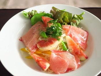 生ハムとイチジクの冷製パスタ。こちらではパスタの代わりに素麺を使って、さっぱりとした味わいに。