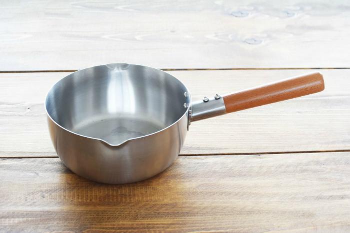 日本の伝統技法を守り、機能美を追求する「工房アイザワ」のブラックピーマン雪平鍋。この芸術的な美しさと、使いやすい木製の持ち手。そして、左右気にせず注ぐことができるようにと、両側に注ぎ口が付いているとっても優しい機能美溢れるお鍋なんです。