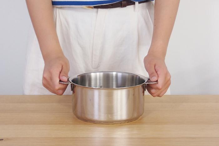 シンプルイズベストな美しいステンレスのお鍋は、フランス生まれ、クリステルのグラフィットシリーズのお鍋です。