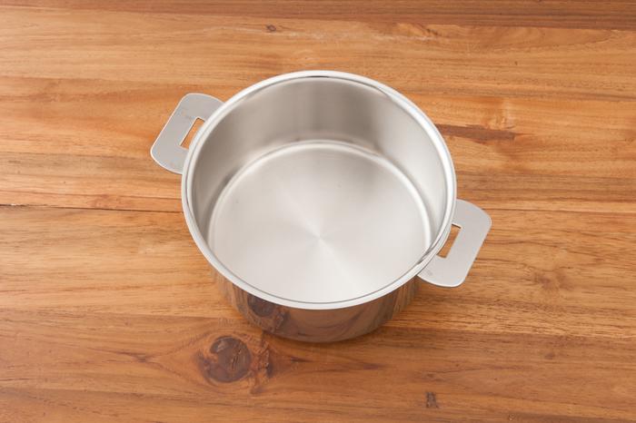 トゥルンとしたフォルムが無機質の様で温かみも持ち合わせているクリステルのお鍋は、多層式なので、蒸し、焼き、煮る全てにばっちり対応可能。そして無水料理もできるんですよ!まさに一家に一台の万能鍋です。