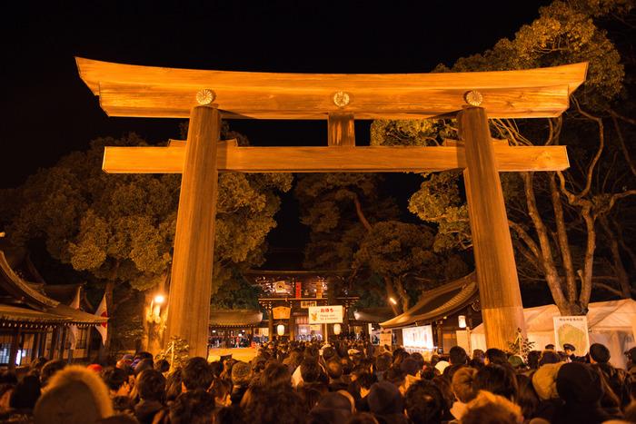 東京都の都心、渋谷区に鎮座する明治神宮は、明治天皇と昭憲皇太后を主祭神として祀る神社で、1920年に創建されたものです。抜群の立地と、美しい境内が人気で、初詣の参拝者数は毎年日本一に輝いています。