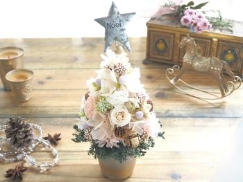 ホワイト×ベビーピンクのお花が、ふんわりと優しい雰囲気のクリスマスツリー。小さめサイズのツリーは、気軽に移動出来るところも嬉しいポイントです。キッチンカウンターに置いたり、リビングテーブルに置いたりと、その日の気分で楽しんでみてはいかがでしょう。