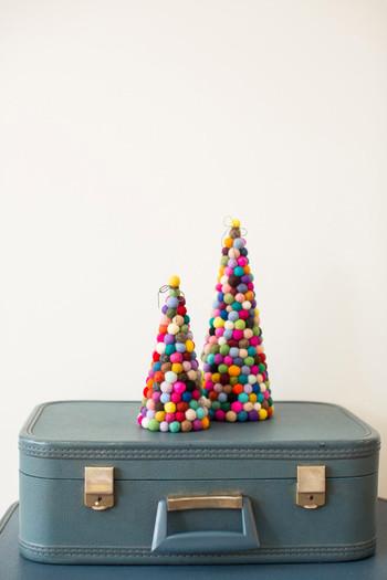 こちらは、フェルトボールで出来たクリスマスツリー。ポップな色合いは、眺めているだけで元気を貰えそう!お部屋にひとつあるだけで、明るい雰囲気に。こんなツリーなら、お子様もきっと大喜びですね♪
