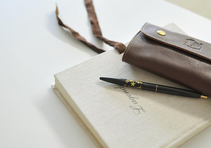 素敵な革財布や小物と合わせて使いたいボールペン。シックなカラーで大人に似合う文具です。ちょっとした贈り物にも最適ですね。