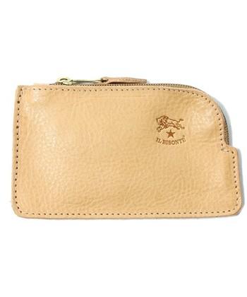 キーのほかに小銭やカードも一緒に入れられるキーケース。ちょっとした買い物に便利ですよね。