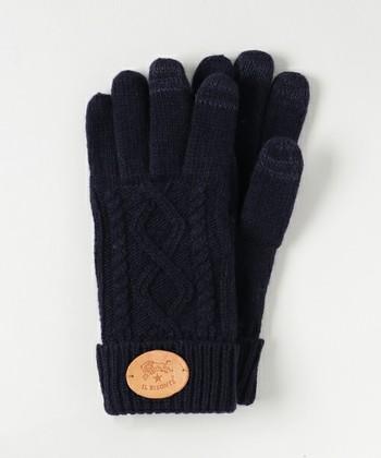 どんなファッションにも合わせやすいカラーの手袋は、レザーパッチがアクセントになっています。シンプルなアイテムだけに上質なものをお探しの方にぴったりです。