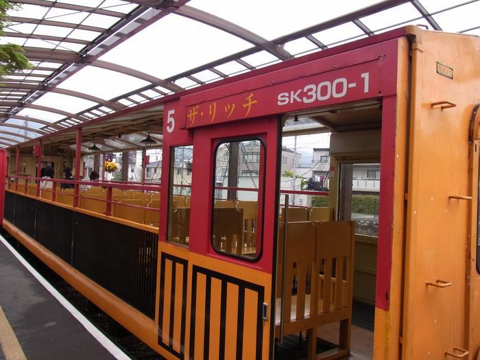こちらはトロッコ列車の5号車「ザ・リッチ」。窓ガラスが無い車両になっていて保津峡の空気をダイレクトに感じられたり、写真が撮りやすかったりするため人気の車両となっています。
