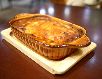 """ごはんの上にカレーと卵、チーズをのせて焼き上げています。こんがりとした焼きカレーは病みつきになる美味しさ。""""びっくりスパイス""""で味を変えて食べられるのもベアフルーツならでは。また違った美味しさになり、ペロリといけちゃいますよ♪"""