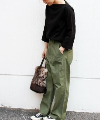 ベーシックでメンズライクな着こなしのときには、レオパード柄やヒョウ柄など個性のあるデザインのバッグを合わせても、悪目立ちしないのでおススメです。