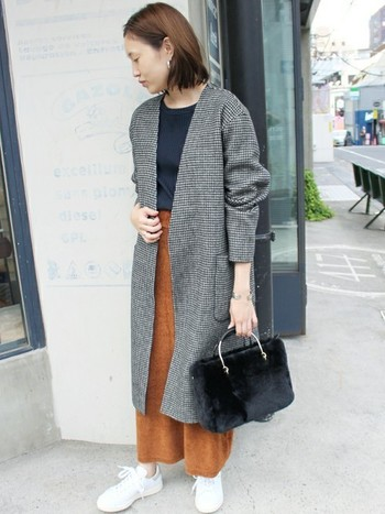 今季トレンドのグレーンチェックのコートとインナーのブラックと色合わせしたバッグ。自分のワードローブにあるカラーとバッグの色を合わせることで、コーデのテイストに纏まりが出ます。こなれた雰囲気が簡単に出せますよ。