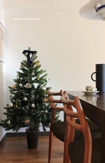 シルバーをメインに、ゴールドとネイビーで仕上げたクリスマスツリーは、シンプルでどこか大人っぽい雰囲気。オーナメントの数を控えめにすることで、よりグリーンが引き立ちます。大き目のツリーは、リビングやキッチン、ダイニングなど、お部屋のコーナーにディスプレイするだけでも、存在感たっぷりです!