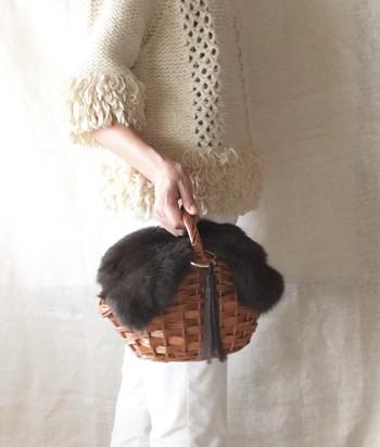秋冬でもナチュラルスタイルには、かごバッグを持ちたいですよね。ファーのついたアイテムであれば、暖かな印象を作ってくれるので、小物が主役の着こなしも充分に楽しめます。