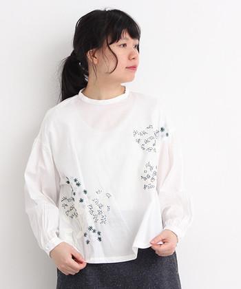 繊細な草花が刺繍された、レネ ノンフィニートのかわいらしさとレトロ感のあるブラウス。スタンドカラーでオールシーズン着まわせます。スカートにもパンツにも合うデザインがうれしいですね。