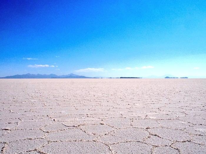 4月から11月の乾季には、結晶化した塩が大地を五角形や六角形の模様に浮かび上がらせます。