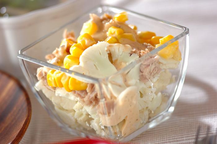 シャキシャキとした食感と同時に、素材の甘さも感じられる生のカリフラワー。ツナとコーンのうまみが加わったサラダは、あとを引く美味しさです。ゆでる必要がないので、時短なのもうれしい♪
