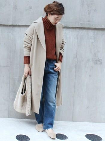 毛足の長くないムートン調の素材のバッグも今季は流行しそうです。ベージュやカーキなどの馴染みやすい色を選ぶと、カジュアルだけでなくキレイ目コーデにも合わせやすいですよ。