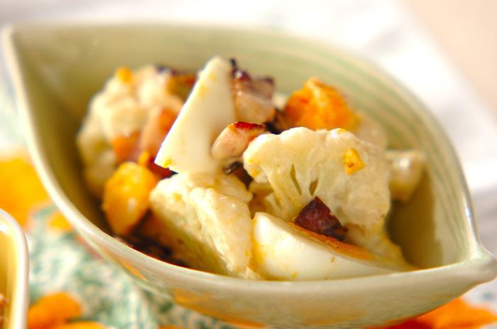 カリフラワーのサラダは、生もいいですが、ほっこりとゆでたものもおいしいですね。クセのないカリフラワーに、コクのあるベーコンや卵のうまみがからんで充実感のあるサラダに仕上がります。