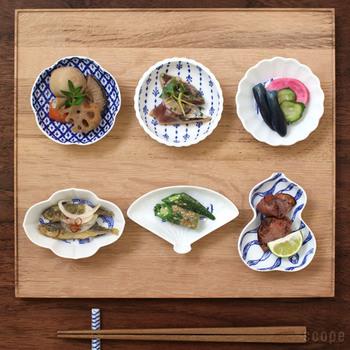 それぞれ模様が違い、形も面白い印判豆皿は、個性豊かに少しずつ盛り付けて木製ボードに並べれば、素敵な小料理屋のお通し風です。夜の晩酌にオススメの小皿コーディネートです。