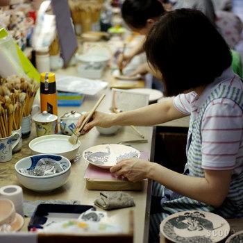 この印判技法が産まれる前は、全て手書きで行われていたため、手書きの陶器は、庶民にとって高価なものだったそうです。