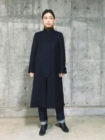 ネイビーのロングコートに、ストレートのきれいめデニムを合わせたハンサムなスタイリング。シックなワントーンコーデは、裾をさりげなく折り返すことでメリハリのある着こなしに。
