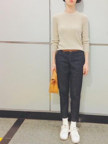 ジャストサイズのセーターに、クロップド丈のブラックデニムを合わせてすっきりと。ホワイトで統一した足元が、軽やかな抜け感を作っています。