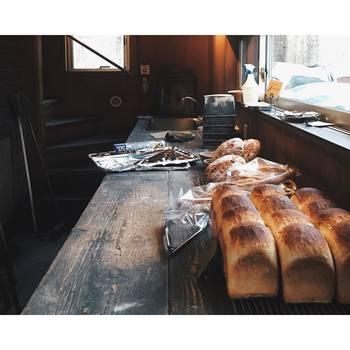 石窯で焼かれた力強い食パンは、なかなか味わう事の出来ないどっしり重厚な食パンです。