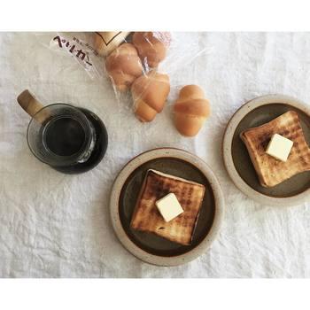 ペリカンの食パンは、厚切りにしてトーストにしても、そのままサンドイッチにしても、もちろん何もつけなくても美味しい、優しい小麦の風味と甘みが効いたとってももっちりした食パンです。(購入の際は予約しておくのがオススメです)