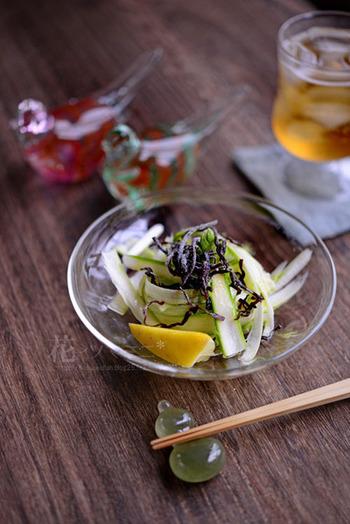作り方はシンプルが一番。オリーブオイルに香り付けのレモン汁、仕上げに塩昆布を添えるのがこちらのレシピのポイントです。オリーブオイルと塩昆布の意外な組み合わせは、相性が良くおすすめ。