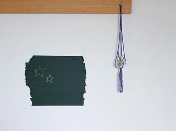 貼るだけで黒板になっちゃうマスキングテープは、壁にペタペタっと貼り付ければ、簡単に黒板を作れる優れもの。例えば、冷蔵庫やコンクリートにも貼れるので、お子様のお絵かき場所として活用したり、机の横に這って、カレンダーやメモ代わりに使っても使い勝手が良さそうです。