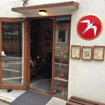 東京メトロ代々木公園駅から徒歩5分。こちらのお店は、コーヒー大国ノルウェーの首都オスロにあるコーヒーバー、FUGLEN(フグレン)の東京店です。白い鳥のマークがとてもキュートですね。