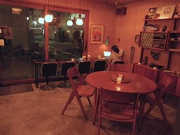 落ち着きのある店内は、1963年のオスロのオリジナルショップを再現しており、まるでノルウェーにいるような気分が味わえます。外観も内装も北欧らしいレトロモダンな雰囲気がお洒落です。